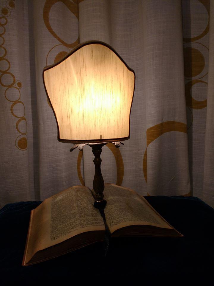 L 39 officina che trasforma i vecchi libri in lampade e for Regalo oggetti vecchi